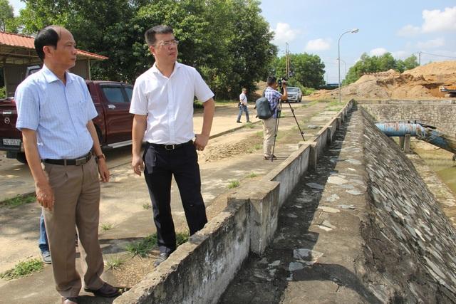 Phó Cục trưởng Cục Quản lý Tài nguyên nước Châu Trần Vĩnh (áo trắng) khảo sát thực tế hoạt động cấp nước tại Nhà máy nước Cầu Đỏ - Đà Nẵng