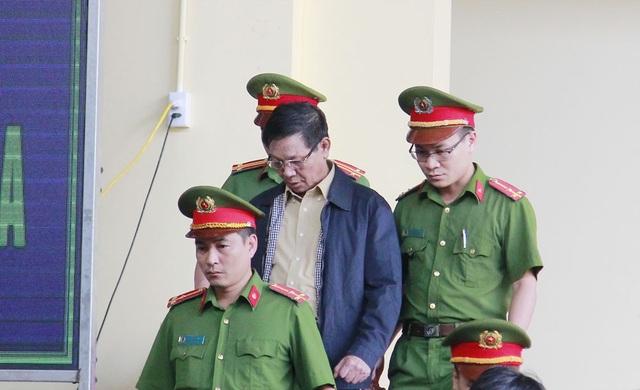 Bị cáo Phan Văn Vĩnh đến tòa chiều 15/11.
