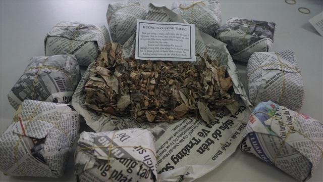 Cận cảnh các gói thuốc mà thầy Phú đưa cho người bệnh. Ảnh: PV