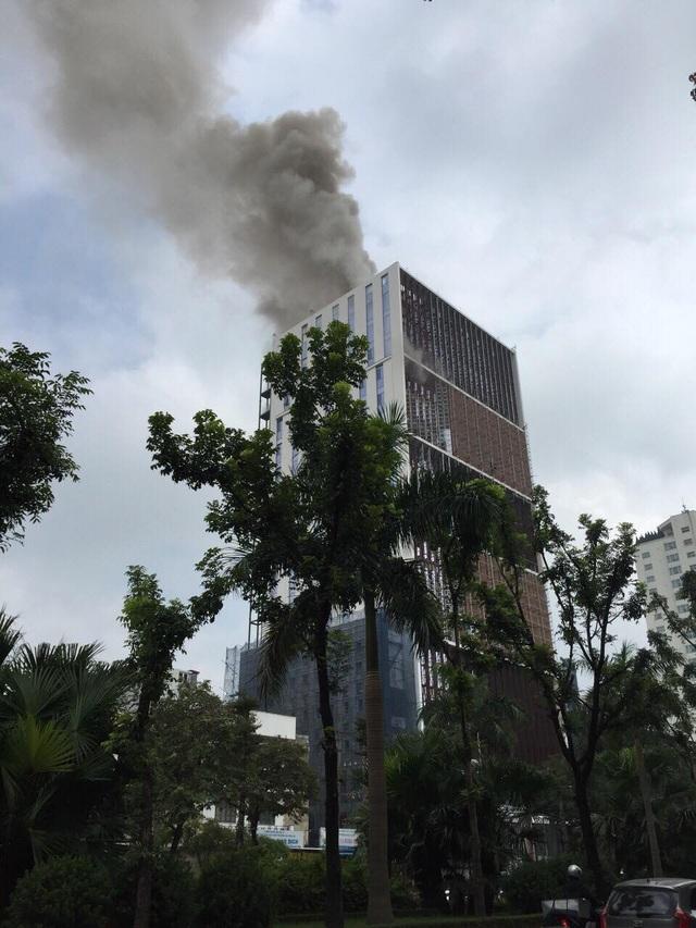 Đám cháy bùng phát tại tầng cao của công trình Trung tâm Lưu Ký chứng khoán Việt Nam (Ảnh: Văn Tuấn).