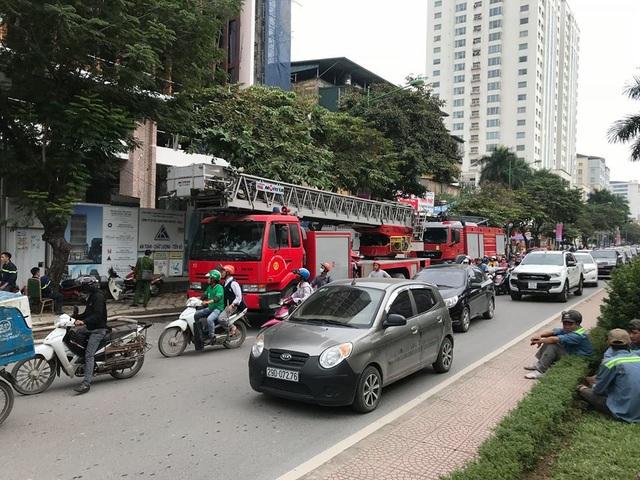 Hà Nội: Cháy công trình cao ốc đang xây, công nhân hoảng hốt bỏ chạy - 4