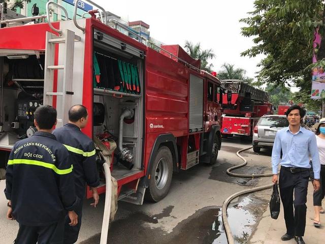 Lực lượng PCCC điều khoảng 4 xe chữa cháy đến hiện trường.