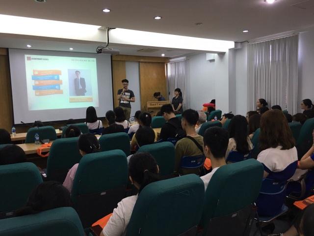 Phạm Thành Đạt - cựu sinh viên khoá 02 chương trình Cử nhân Kế toán Ứng dụng (OBU) chia sẻ định hướng việc làm tại hội thảo tư vấn tuyển sinh ngày 22/7/2018.