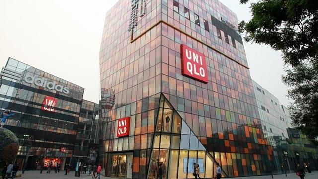 Bên ngoài một trong chuỗi các cửa hàng thời trang thương hiệu Nhật Bản đặt tại Trung Quốc bị cặp đôi ghé thăm và lấy cắp đồ