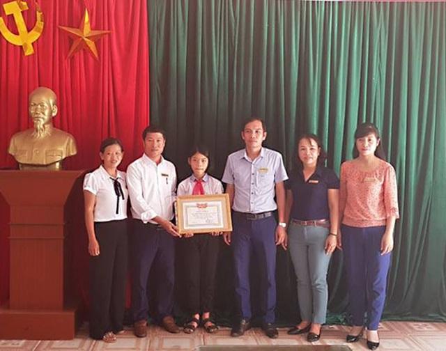 Em Trần Thị Tùng Lâm được tuyên dương trước toàn thể nhà trường về hành động đẹp Nhặt được của rơi tìm người trả lại.