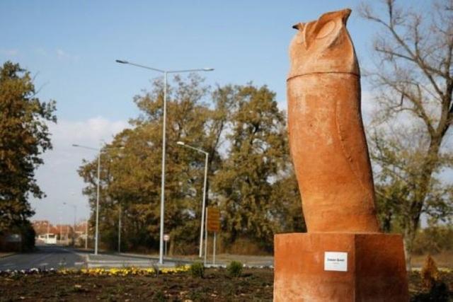 Bức tượng chim cú tai dài được thiết kế lại giống bộ phận nhạy cảm của phái mạnh