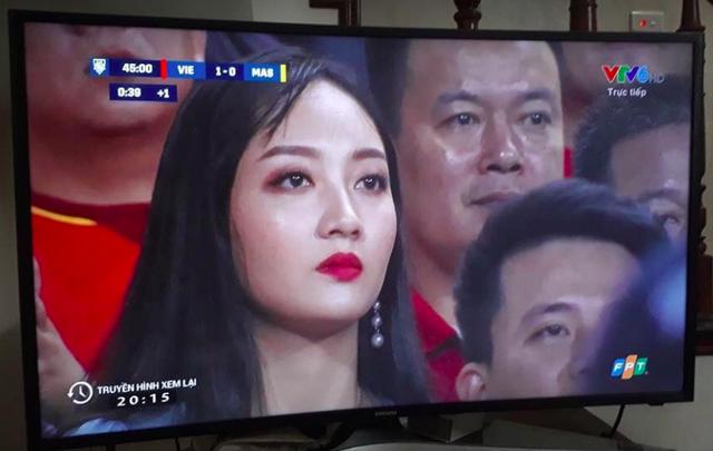 """Cổ động viên xinh đẹp liên tục """"lên sóng"""" trực tiếp trận Việt Nam - Malaysia - 11"""