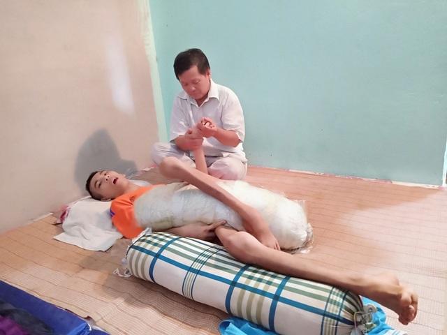Năm 2016, đứa con trai Văn Thành Thống đang học lớp 10, bất ngờ ngã bệnh rồi cơ thể suy nhược sau đó nằm liệt một chỗ cho đến nay.