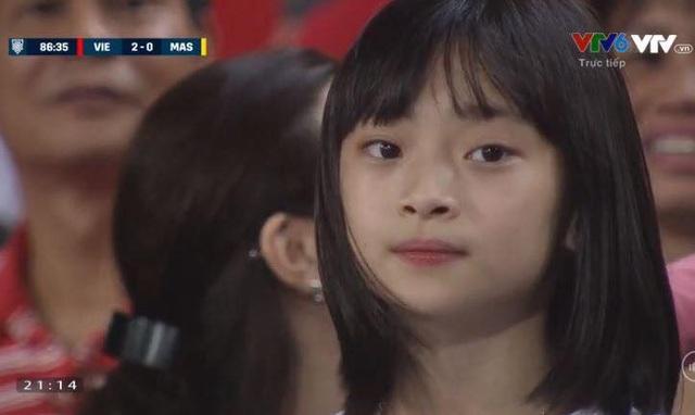 """Cổ động viên xinh đẹp liên tục """"lên sóng"""" trực tiếp trận Việt Nam - Malaysia - 10"""