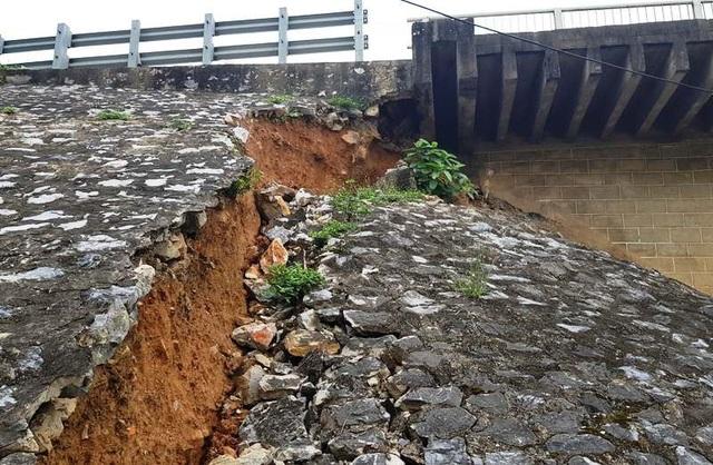 Thời gian qua, tại khu vực chân cầu Hàm Rồng xuất hiện tình trạng sụt lún.