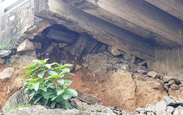 Nhiều thanh gỗ được lắp đặt giữa cầu và đường bộ có tác dụng giảm tải đã bị rơi ra ngoài, xuất hiện hiện tượng mối mọt do thời gian sử dụng đã lâu.