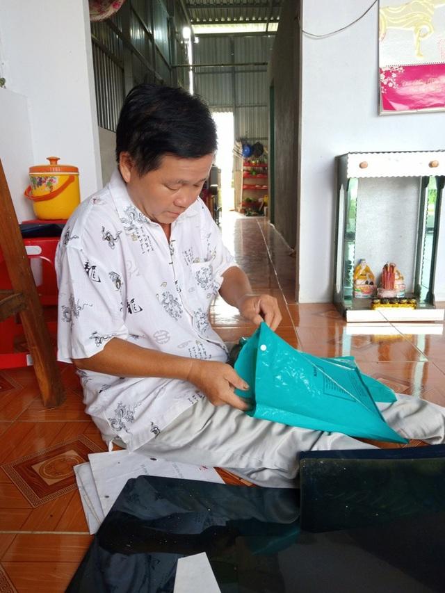 Mấy năm qua, khi còn vay hỏi tiền được, thấy Văn Hồng đưa hai con đến nhiều bệnh viện điều trị nhưng kết quả chẳng khả quan.