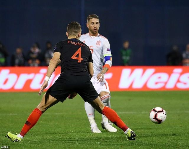 Perisic và Ramos trong một tình huống tranh bóng