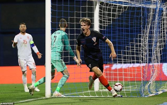 Niềm vui của Jedvaj sau khi có trận đấu ấn tượng cùng Croatia