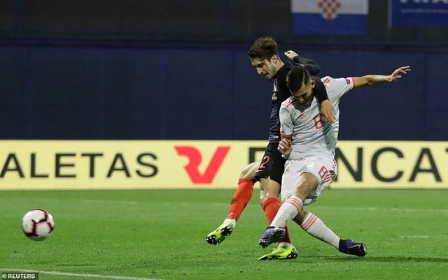 Tài năng trẻ Ceballos có bàn thắng đầu tiên (gỡ hòa 1-1) cho đội tuyển Tây Ban Nha