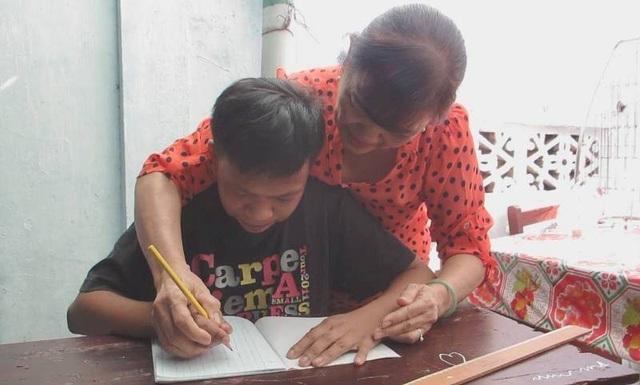 Cô Nga đang rèn chữ viết cho một học sinh của lớp