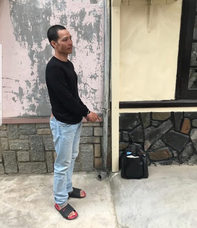 Đối tượng Nguyễn Đức Vinh đang thực nghiệm lại hành vi cướp giật của mình