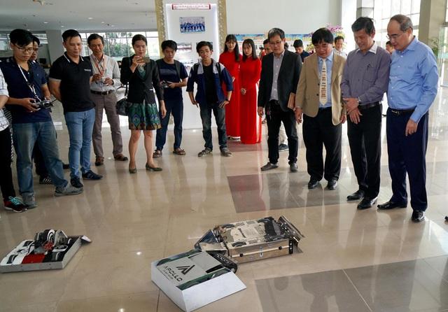 Bí thư Thành uỷ TPHCM Nguyễn Thiện Nhân thăm các sản phẩm khoa học công nghệ của trường ĐH Sư phạm kỹ thuật TPHCM. (Ảnh: H.T)