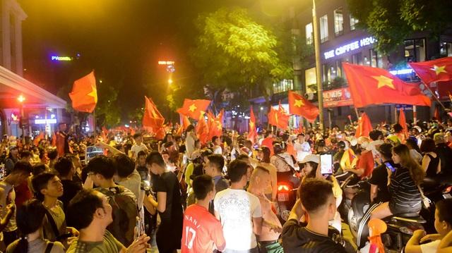 Dòng người hô vang HLV Park Hang Seo và Công Phượng và Anh Đức.