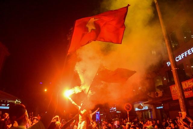 Hàng nghìn người hâm mô hô vang VIệt Nam vô địch.
