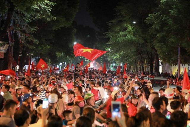 Càng ngày hai tuyến phố Hàng Bài, phố Huế càng đông, giao thông ở dây ùn tắc.