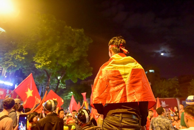 Hàng nghìn cổ động viên Việt Nam đổ về hồ Gươm ăn mừng chiến thắng trước Malaysia - 12