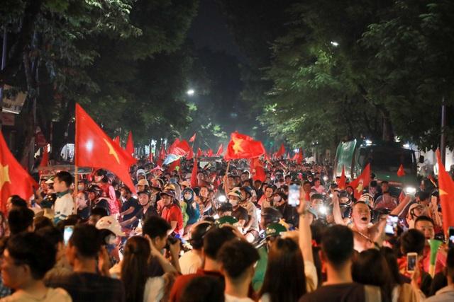 Trước đối thủ mạnh Malaysia, đội tuyển Việt Nam đã chơi đầy khoa học để giành chiến thắng 2-0 ở lượt trận thứ 3 bảng A AFF Cup 2018. Hàng nghìn cổ động viên đã đổ về ngã tư phố Huế, Hàng Bài để ăn mừng chiến thắng.