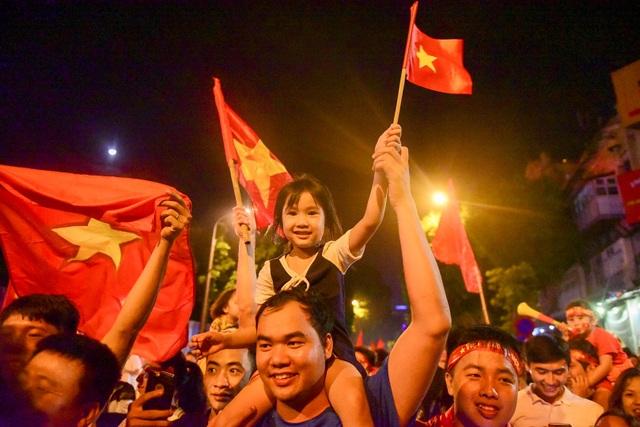 Hàng nghìn cổ động viên Việt Nam đổ về hồ Gươm ăn mừng chiến thắng trước Malaysia - 7