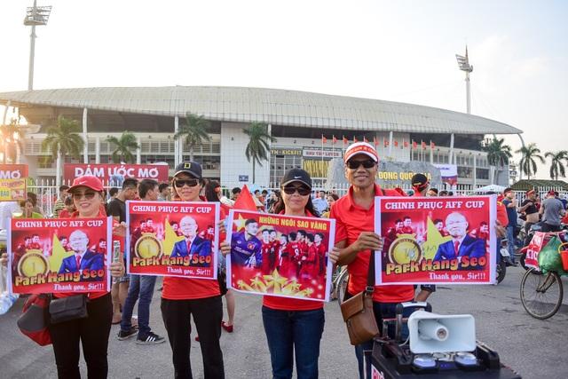 Nhiều khẩu hiệu băng rôn cổ vũ cho đội tuyển nhà.