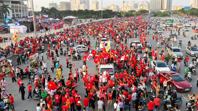 Đa số cổ động viên đến đây đều mặc áo cờ đỏ sao vàng cầm cờ tổ quốc để cổ vũ tinh thần cho đội nhà.