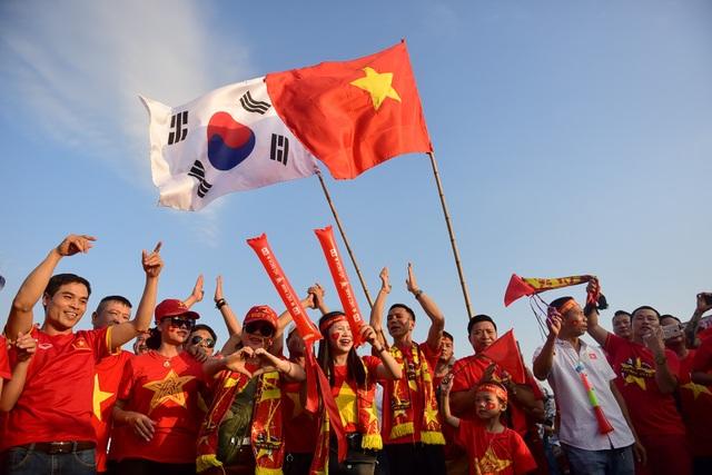Nhiều người đến đây không những mang cờ Tổ Quốc của Việt Nam, mà còn đem cờ của nước Hàn Quốc để ngầm cảm ơn huấn luận viên Park Hang-seo .