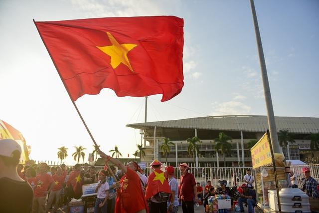 Anh Trần Minh Tuấn (Quốc Oai, Hà Nội), cho biết  tôi đến đây từ rất sớm, một phần muốn đi sớm do sân đông phải xếp hàng vào, một phần đến sớm để hòa chung vào không khí cho đội tuyển Việt Nam.