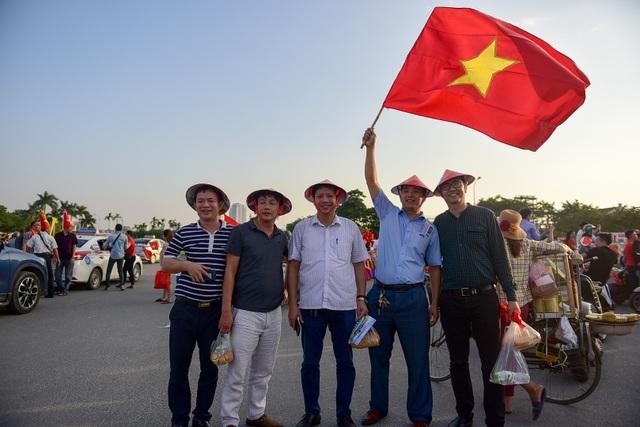 Một nhóm người chụp ảnh lưu niệm trước khi vào sân xem đội tuyển Việt Nam thi đấu.