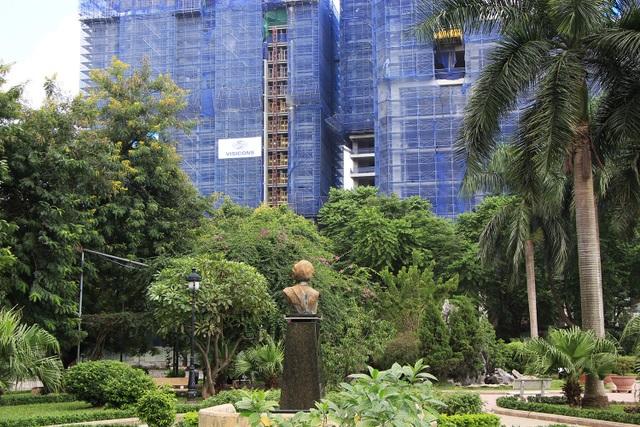 Công viên rất rộng và đẹp, có đường đi quanh hồ được kè đá cẩn thận. Nước hồ đã được cải tạo trong xanh và sạch sẽ, có đài phun nước hoành tráng ở chính giữa hồ. Công viên là nơi tập thể dục, dạo chơi ngắm cảnh lý tưởng cho người dân. Tượng Indira Gandhi hướng trông ra cổng chính đường Láng Hạ.