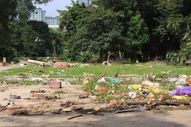 Theo người dân sống tại khu vực này, tình trạng nhếch nhác này trở nên trầm trọng từ hơn một tuần trở lại đây. Theo đó, cách đây khoảng nửa tháng, khu vực trong công viên Indira Gandhi được sử dụng làm nơi trưng bày cây cảnh, sau khi cây cảnh được chuyển đi thì để lại cảnh nhếch nhác, ngổn ngang như thế này.
