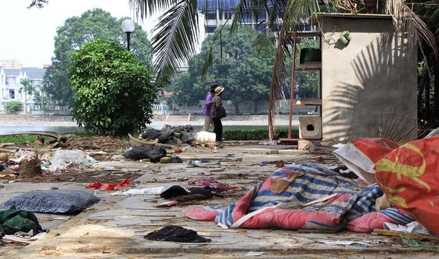 Rác thải ngập ngụa trong khuôn viên công viên Indira Gandhi.