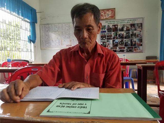 Cụ Trương Cự, 81 tuổi, lớp Y sĩ y học cổ truyền hiện là học viên lớn tuổi nhất ở trường. Trường Trung cấp Tây Sài Gòn sẽ tổ chức lễ mừng thọ cho cụ Cự và 19 người khác