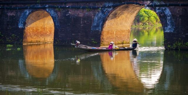 Người dân sông nước xứ Huế mưu sinh dưới những cây cầu đá cổ