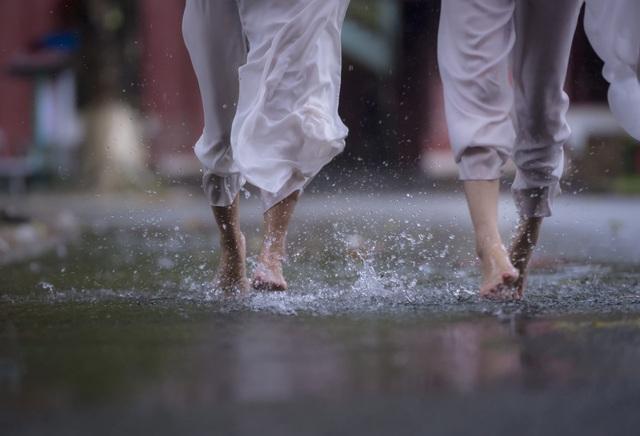 Bước chân nữ sinh vui đùa trong mưa