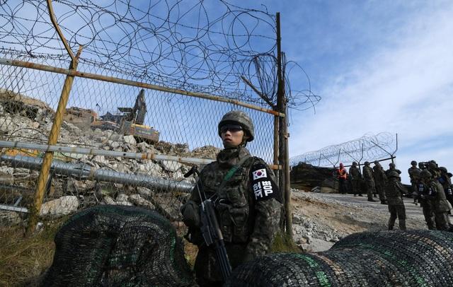 Các trạm gác biên giới được bảo vệ nghiêm ngặt bằng hàng rào dây thép gai với các binh sĩ cầm súng đứng bảo vệ.