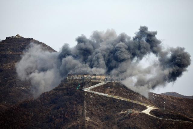 Một trạm gác được phá dỡ bằng thuốc nổ tại biên giới Hàn - Triều.