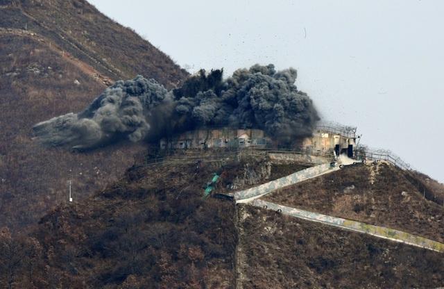Khói đen bốc lên tại vị trí phá dỡ trạm gác ở biên giới Hàn - Triều.