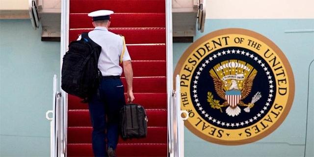 Một trợ tá quân sự mang quả bóng, tức chiếc cặp da chứa các kế hoạch chiến tranh hạt nhân, lên chuyên cơ Không lực 1 ở Căn cứ Không quân Andrews, tháng 4/2010. (Ảnh: AP)
