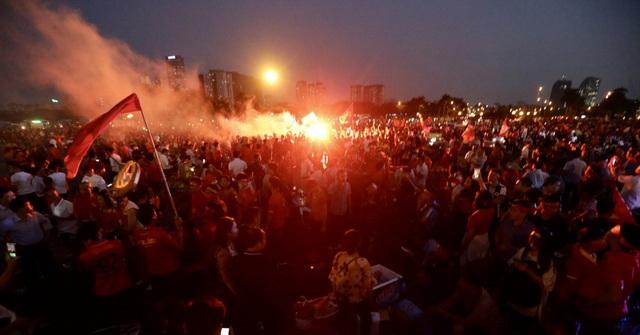Nhóm cổ động viên đốt pháo sáng bên ngoài sân Mỹ Đình - Ảnh: Gia Hưng