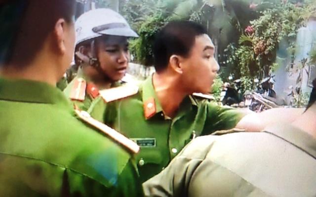 Thiếu tá công an phường Tân Phú, quận 9, TPHCM đòi cởi đồ, chọn thời gian, địa điểm với dân.