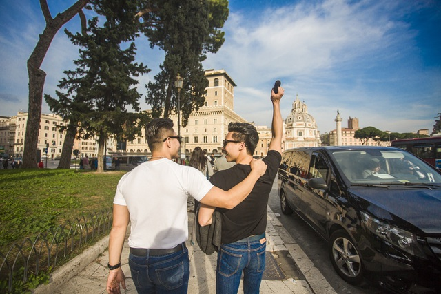 Họ thả bộ trên đường phố thành Rome một cách đầy hứng khởi.