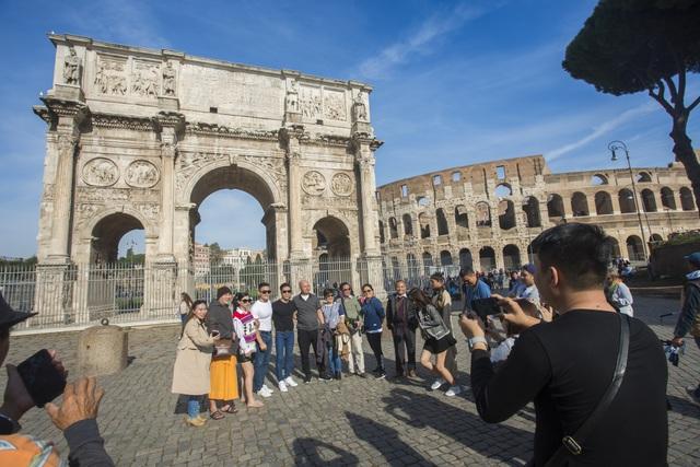 Cả hai được nhiều khách quốc tế nhận ra và xin chụp ảnh cùng trước điểm tham quan.