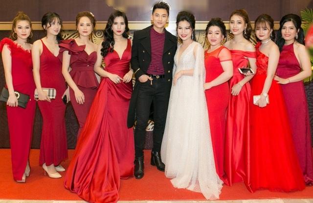 Issac là một trong những nam nghệ sĩ Việt sở hữu lượng fan nữ đông đảo nhất hiện nay. Lạnh lùng trên sân khấu nhưng ở ngoài đời, nam ca sĩ nổi tiếng với tính cách luôn quan tâm, chăm sóc những người xung quanh. Anh thường dành cho fan những cử chỉ ân cần.