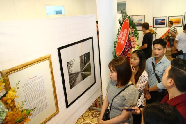Đông đảo người dân, giới nhiếp ảnh và nghệ thuật đến xem triển lãm Xứ mộng mơ