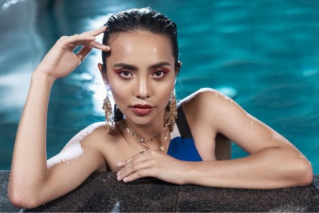 Linh Chi khoe nét quyến rũ hiện đại, khỏe khoắn với làn da nâu nóng bỏng trong những bộ áo tắm liền thân.